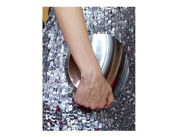 9f3c8f4401bbf حقيبة اليد معدنية اللون ستضفي مزيداً من التألق على إطلالتك